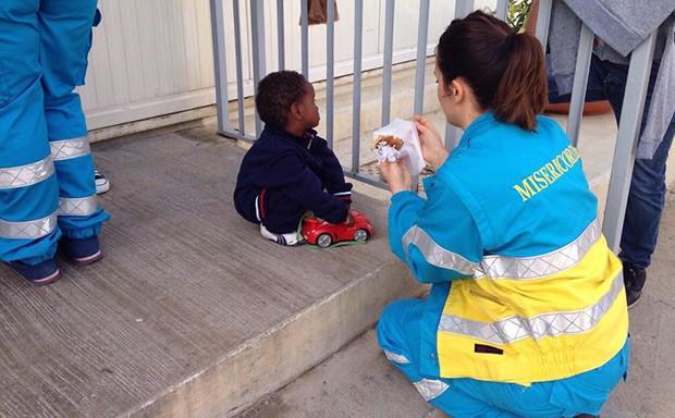Una volontaria delle Misericordie a Casa Lampedusa, progetto finanziato tramite il crowdfunding