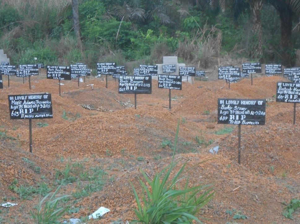 Eredità dell'epidemia: cimiteri dei morti di Ebola stracolmi