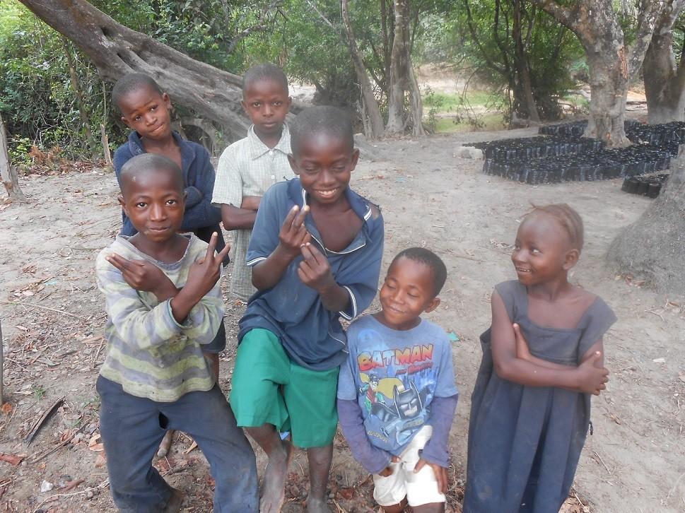 Saluti dalle giovani leve della comunità di Manonko (distretto di Bombali), tra i beneficiari del progetto di COOPI
