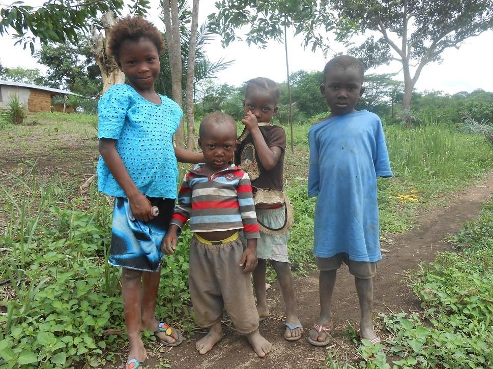 Saluti da A.K.K e i suoi fratelli dalla comunità di Kukuna (distretto di Kambia), tra i beneficiari del progetto