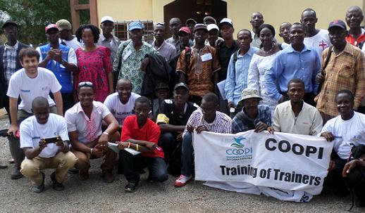 Alcuni dei contadini beneficiari del progetto riuniti a scuola per imparare a coltivare l'anacardio: foto di classe