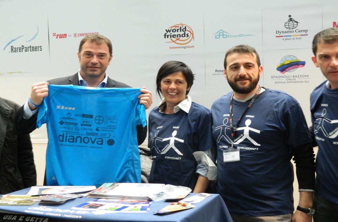 Antonio Rossi con Dianova all'inaugurazione del Marathon Village